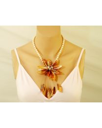 Zoetwaterparel collier met Fuchsia schelpbloem
